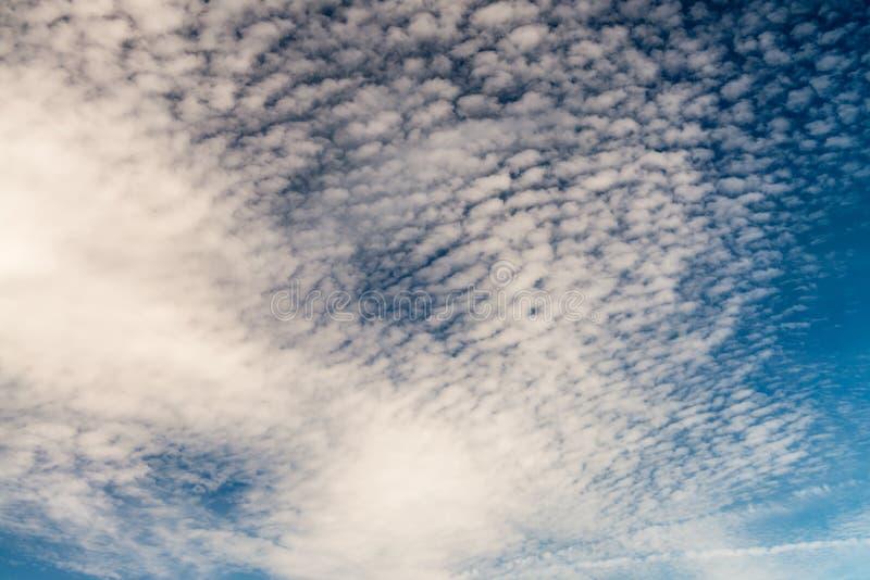 μπλε ουρανός σύννεφων μικρός στοκ εικόνες