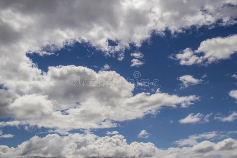 Μπλε ουρανός τα άσπρα σύννεφα που χρωματίζονται με με το γκρι στοκ εικόνα