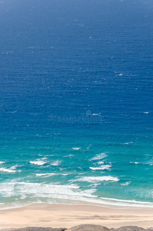 μπλε ουρανός φοινικών τοπίων ωκεάνιος μπλε και βαθύ μπλε νερό του πνεύματος ωκεανών και παραλιών στοκ εικόνες
