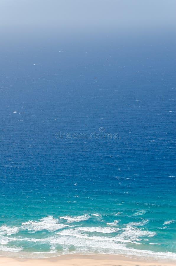 μπλε ουρανός φοινικών τοπίων ωκεάνιος μπλε και βαθύ μπλε νερό του πνεύματος ωκεανών και παραλιών στοκ εικόνα