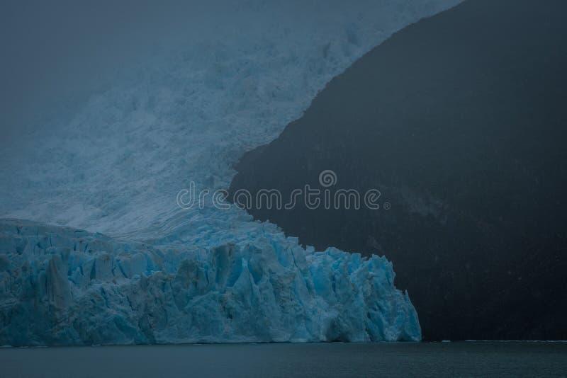 Μπλε πάγος του Patagonian παγετώνα στην ευμετάβλητη ημέρα στοκ εικόνες