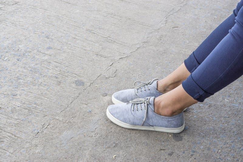 Μπλε πάνινα παπούτσια στα ασιατικά θηλυκά πόδια στοκ εικόνα με δικαίωμα ελεύθερης χρήσης