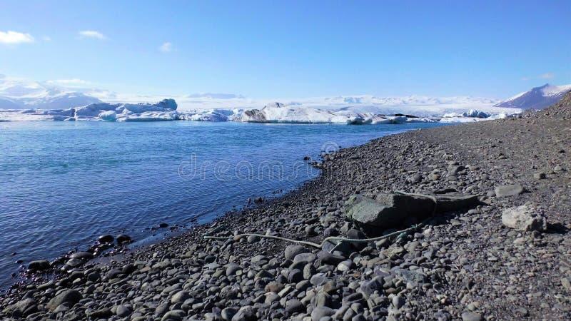 Μπλε παγόβουνα στην μπλε λιμνοθάλασσα και την άποψη και το μπλε ουρανό βουνών στοκ εικόνα
