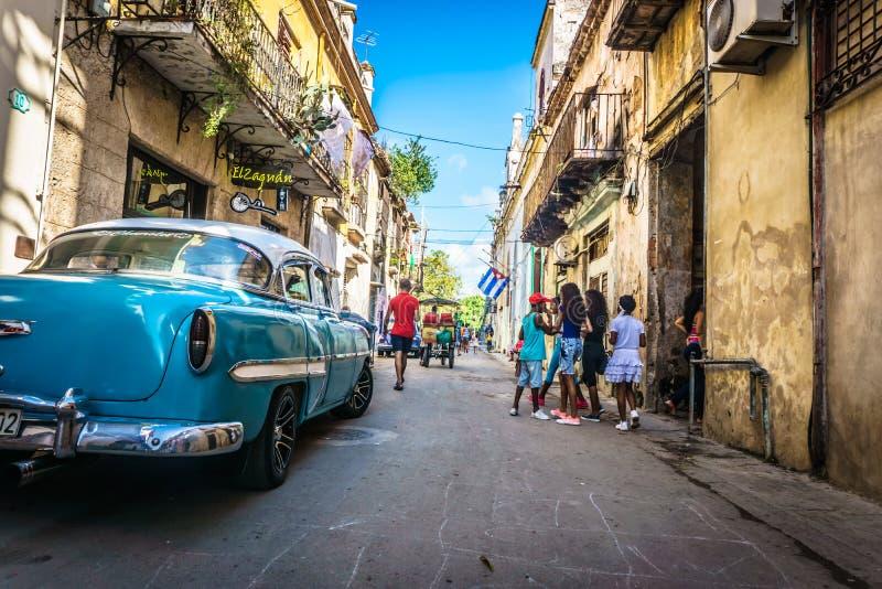 Μπλε παλαιό αυτοκίνητο στην οδό και τους ανθρώπους arround από το Λα Αβάνα, Κούβα στοκ φωτογραφία με δικαίωμα ελεύθερης χρήσης