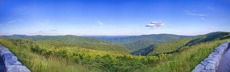 Μπλε πανόραμα βουνών χώρων στάθμευσης κορυφογραμμών στοκ εικόνες