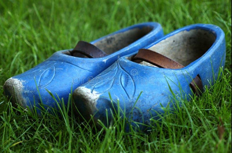 μπλε παπούτσια ξύλινα στοκ φωτογραφία