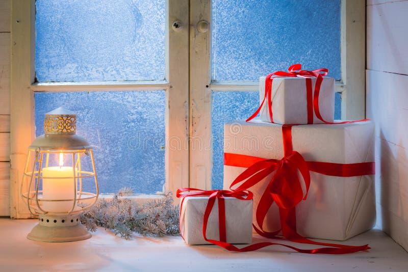 Μπλε παράθυρο και καίγοντας κερί για τα Χριστούγεννα στοκ εικόνα με δικαίωμα ελεύθερης χρήσης