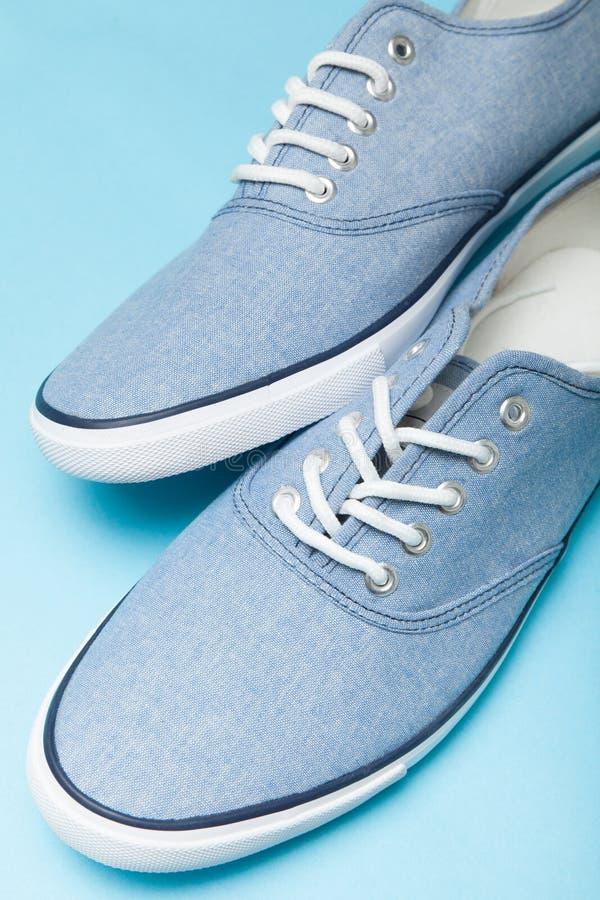 Μπλε περιστασιακά αστικά πάνινα παπούτσια στο άσπρο υπόβαθρο : στοκ φωτογραφία με δικαίωμα ελεύθερης χρήσης