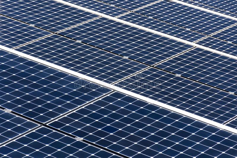 Μπλε περιστρεφόμενος γαρμένος ηλιακά πλαίσια ιχνηλάτης άξονα, μελλοντική ενεργειακή έννοια στοκ εικόνες