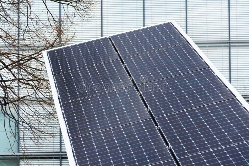 Μπλε περιστρεφόμενος γαρμένος ηλιακά πλαίσια ιχνηλάτης άξονα, μελλοντική ενεργειακή έννοια στοκ φωτογραφία με δικαίωμα ελεύθερης χρήσης