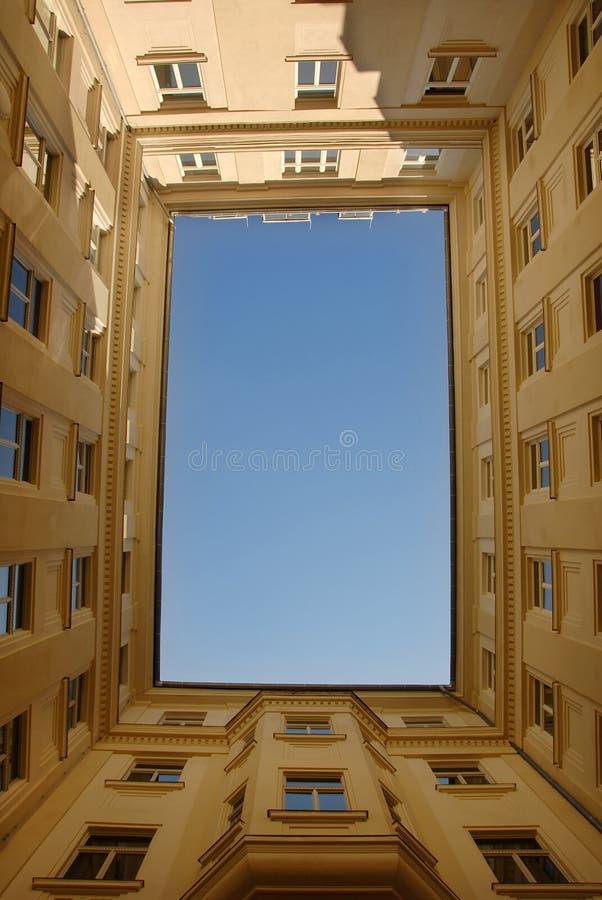 μπλε πλαισιωμένος κτήριο στοκ εικόνα με δικαίωμα ελεύθερης χρήσης