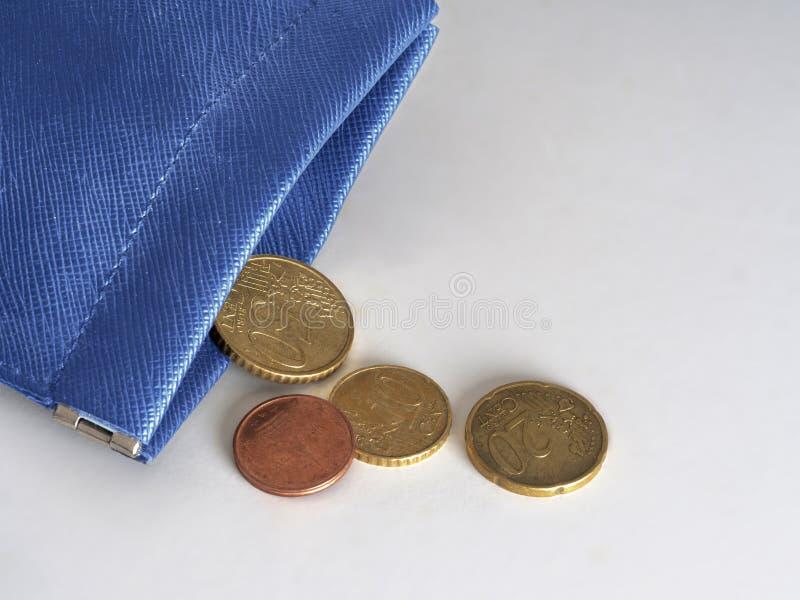Μπλε πορτοφόλι σχεδόν κενό, τρέχοντας έξω των χρημάτων, ευρώ Οικονομική, τραπεζική κρίση, ΕΕ, Ευρώπη, Ιταλία κ.λπ. ή ένδεια στοκ φωτογραφία