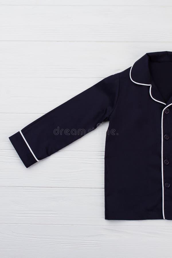 Μπλε πουκάμισο με το άσπρο τρόχισμα στοκ εικόνες