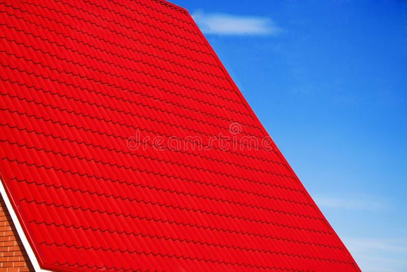 μπλε προσόψεων ουρανός στεγών σπιτιών κόκκινος στοκ εικόνα με δικαίωμα ελεύθερης χρήσης