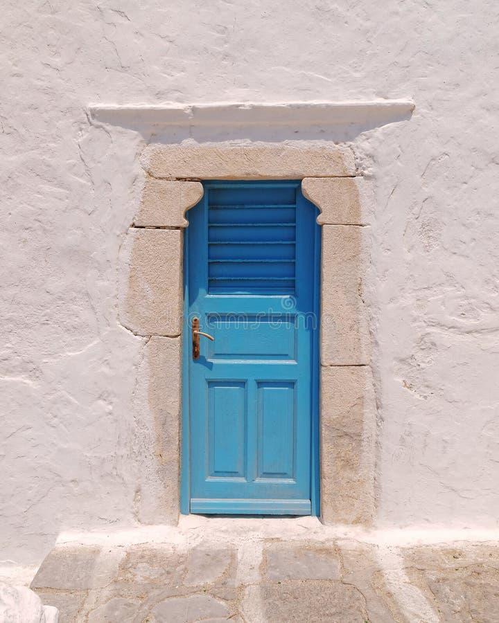 Μπλε πόρτα στον ασπρισμένο τοίχο, νησί της Μυκόνου, Ελλάδα στοκ φωτογραφία με δικαίωμα ελεύθερης χρήσης