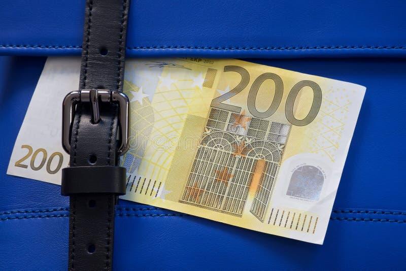 Μπλε ράψιμο τσαντών δέρματος με τη μαύρα πόρπη και τα χρήματα στοκ εικόνες με δικαίωμα ελεύθερης χρήσης