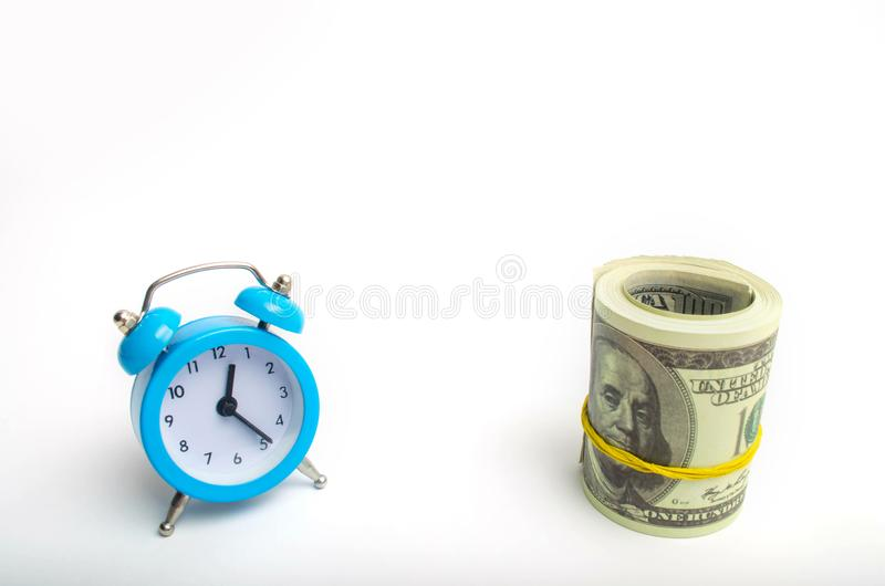 μπλε ρολόι και δολάρια σε ένα άσπρο υπόβαθρο η έννοια του χρόνου ` είναι χρήματα ` επιχειρησιακές οικονομικές ιδέες αποταμίευση Ο στοκ φωτογραφίες με δικαίωμα ελεύθερης χρήσης