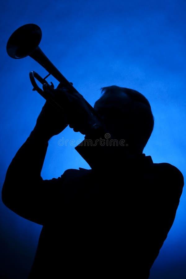μπλε σάλπιγγα σκιαγραφιών μουσικών στοκ φωτογραφίες με δικαίωμα ελεύθερης χρήσης