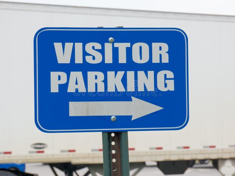 Μπλε σημάδι χώρων στάθμευσης επισκεπτών στοκ φωτογραφία