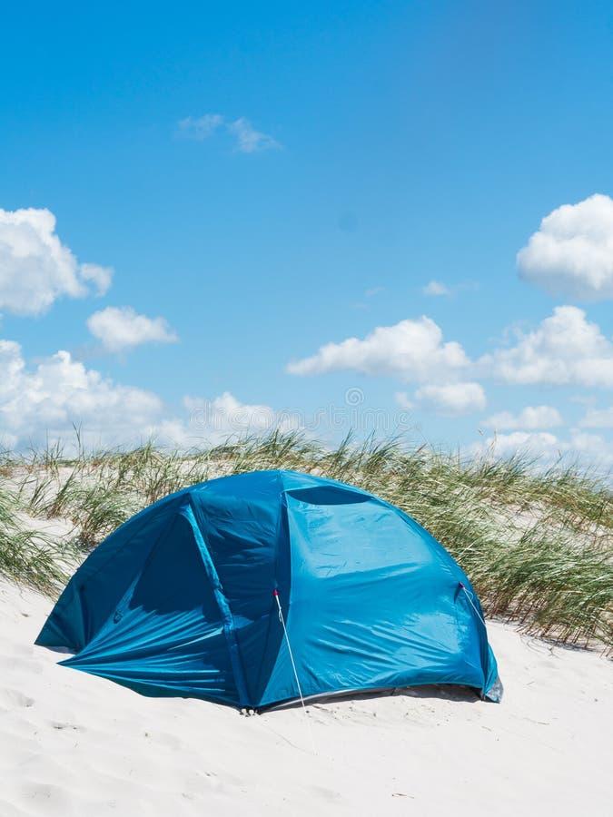 Μπλε σκηνή στους αμμόλοφους άμμου στοκ φωτογραφίες με δικαίωμα ελεύθερης χρήσης