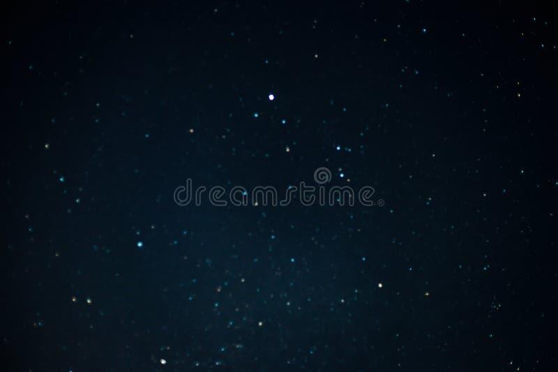 Μπλε σκοτεινός νυχτερινός ουρανός με πολλά αστέρια Γαλακτώδες υπόβαθρο κόσμου τρόπων Τα αστέρια στο νυχτερινό ουρανό Έναστρος μπλ στοκ φωτογραφία με δικαίωμα ελεύθερης χρήσης