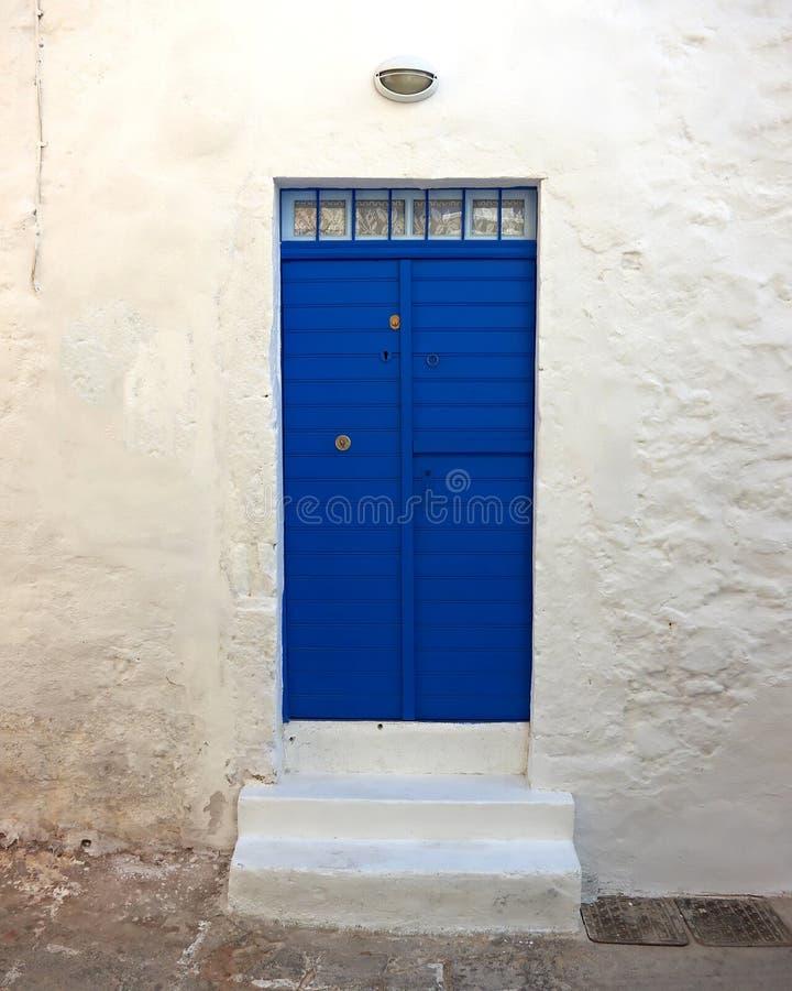 μπλε σπίτι πορτών ζωηρό στοκ φωτογραφία με δικαίωμα ελεύθερης χρήσης
