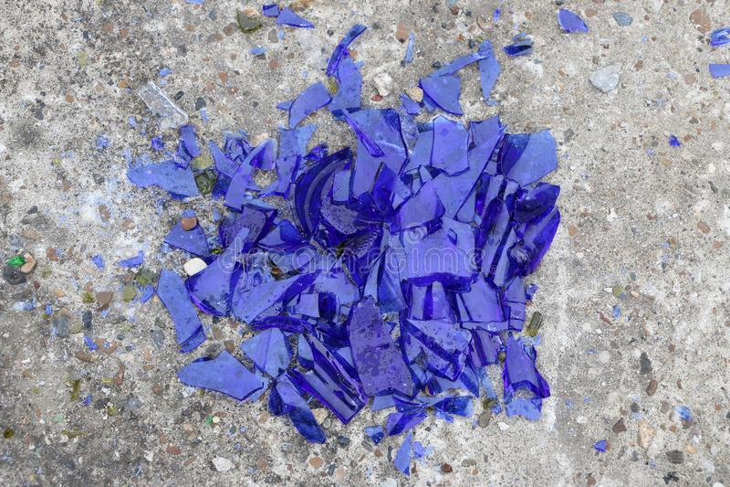 Μπλε σπασμένο γυαλί σε μια συγκεκριμένη επιφάνεια - σύσταση για ένα υπόβαθρο, σχέδιο στοκ φωτογραφίες