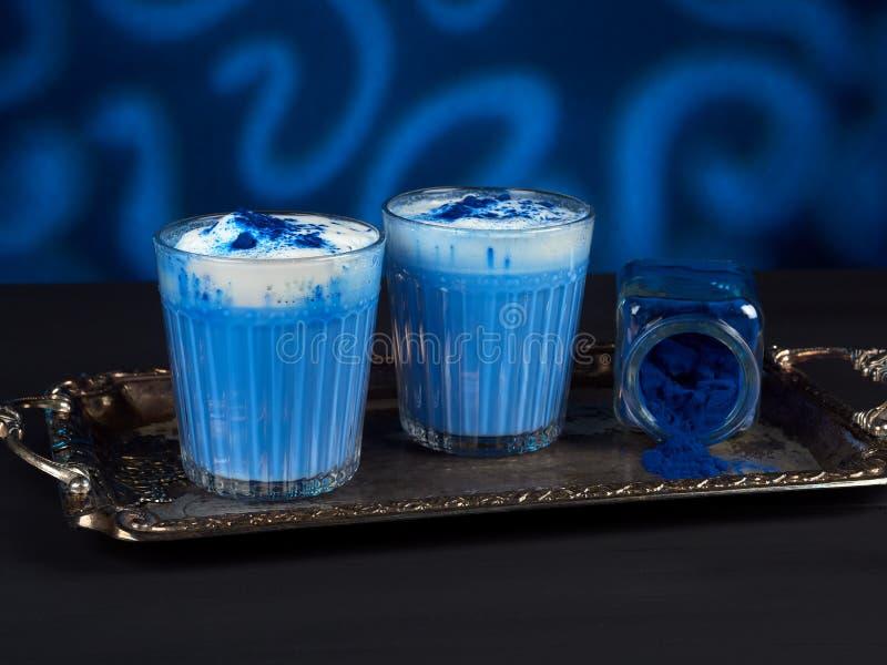 Μπλε σπιρουλίνα λάτε σε σκούρο μπλε φόντο στοκ φωτογραφία με δικαίωμα ελεύθερης χρήσης