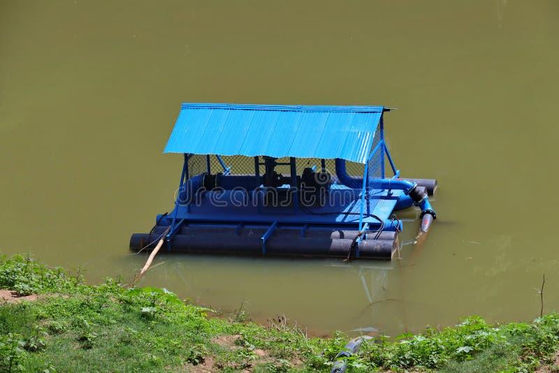 Μπλε σταθμός αντλιών ποταμών για την άντληση νερού στοκ φωτογραφία με δικαίωμα ελεύθερης χρήσης