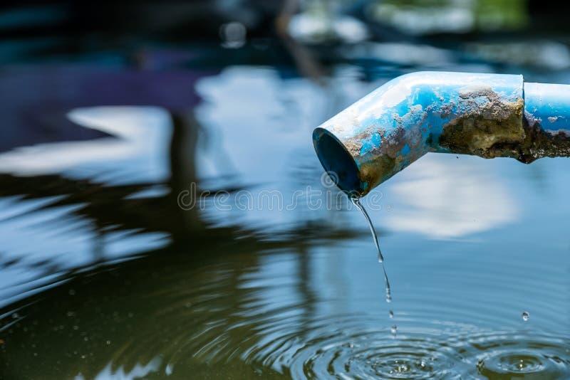 Μπλε σωλήνας μια πτώση νερού στη λίμνη με τον κυματισμό στοκ εικόνες με δικαίωμα ελεύθερης χρήσης