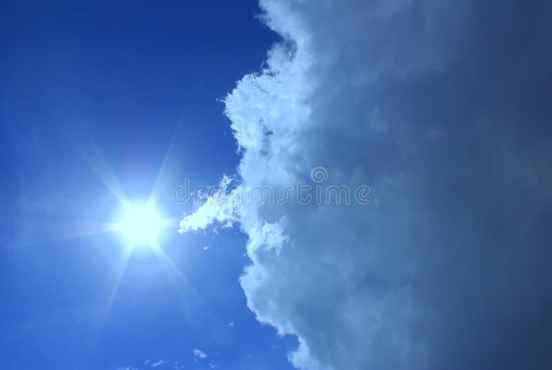 μπλε σύννεφα sunrays στοκ εικόνα