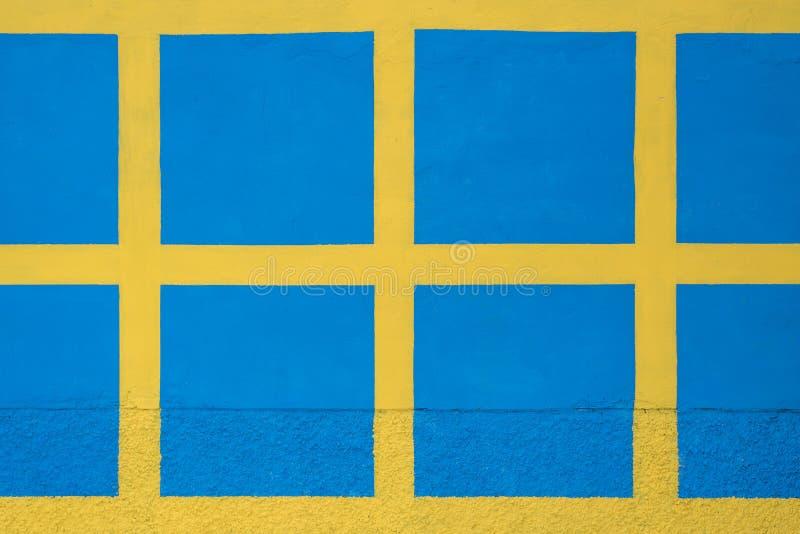Μπλε τετράγωνα σε έναν κίτρινο τοίχο πετρών, σύσταση στοκ εικόνες με δικαίωμα ελεύθερης χρήσης