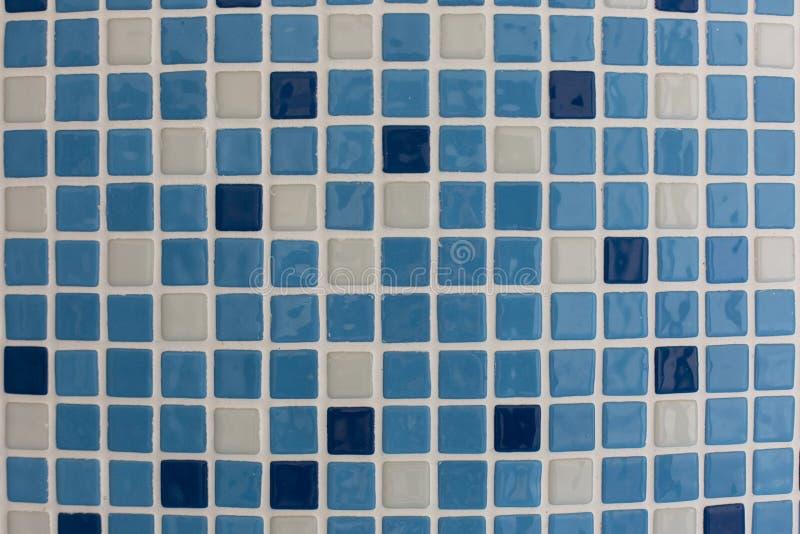 Μπλε τετραγωνικά κεραμικά κεραμίδια στο υπόβαθρο σύστασης σχεδίων λιμνών ή λουτρών στοκ φωτογραφία με δικαίωμα ελεύθερης χρήσης