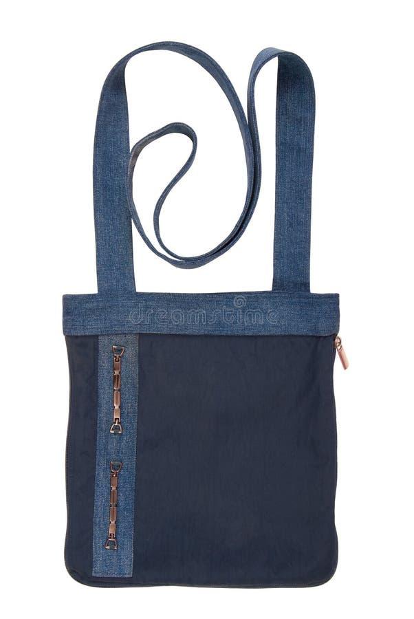 Μπλε τσάντα crossbody, απομονωμένος στο άσπρο, ενιαίο αντικείμενο, χέρι τζιν στοκ εικόνα