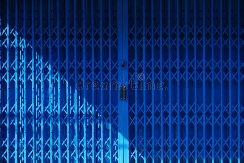 Μπλε υπόβαθρο πορτών χάλυβα στοκ εικόνες