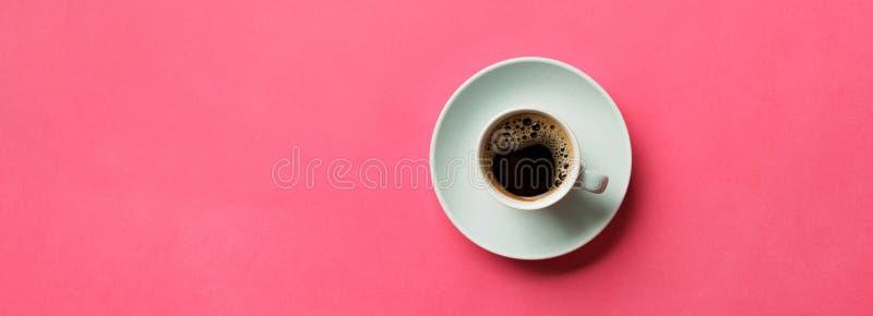 Μπλε φλιτζάνι του καφέ σε ένα ζωηρόχρωμο ρόδινο υπόβαθρο Τοπ άποψη με το διάστημα αντιγράφων Έννοια πρωινού απαγορευμένα στοκ φωτογραφίες