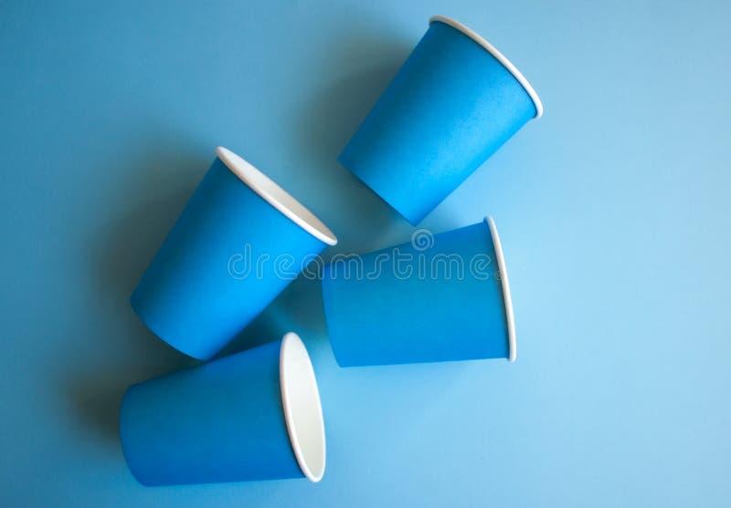 Μπλε φλυτζάνια εγγράφου στοκ εικόνες