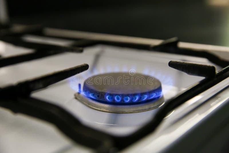 μπλε φλόγα της πλάγιας όψης κινηματογραφήσεων σε πρώτο πλάνο σομπών αερίου στοκ φωτογραφία