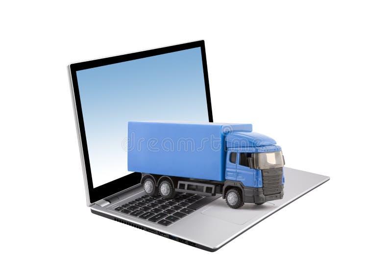 Μπλε φορτηγό στο lap-top στο άσπρο υπόβαθρο ελεύθερη απεικόνιση δικαιώματος