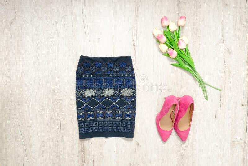 Μπλε φούστα με τη διακόσμηση, τα ρόδινες παπούτσια και την ανθοδέσμη των τουλιπών Fash στοκ φωτογραφία με δικαίωμα ελεύθερης χρήσης