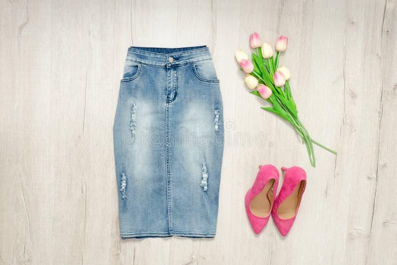 Μπλε φούστα τζιν, ρόδινες παπούτσια και ανθοδέσμη των τουλιπών μοντέρνος στοκ φωτογραφίες