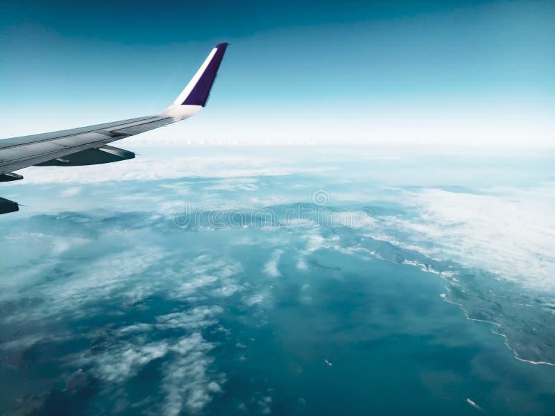 Μπλε φτερό αεροσκαφών επιβατηγών αεροσκαφών σύννεφων πτήσης αεροπορίας αερογραμμών οχημάτων αεροσκαφών αεροπλάνων ατμόσφαιρας ουρ στοκ φωτογραφία με δικαίωμα ελεύθερης χρήσης