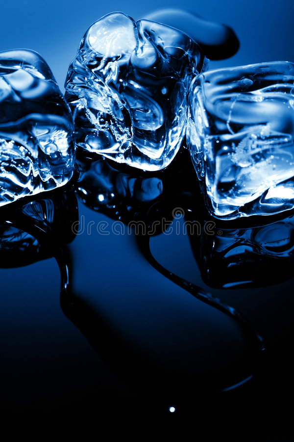 μπλε φως πάγου κύβων στοκ εικόνα