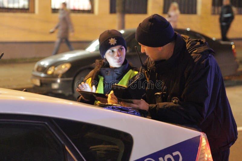 Μπλε φω'τα της αστυνομίας Το ασθενοφόρο η υγεία προσοχής όπλων απομόνωσε τις καθυστερήσεις Εγγραφή ενός τροχαίου ατυχήματος Κίεβο στοκ φωτογραφία με δικαίωμα ελεύθερης χρήσης