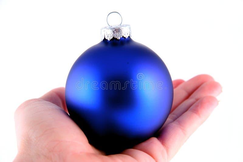 μπλε χέρι Χριστουγέννων σφαιρών στοκ φωτογραφίες