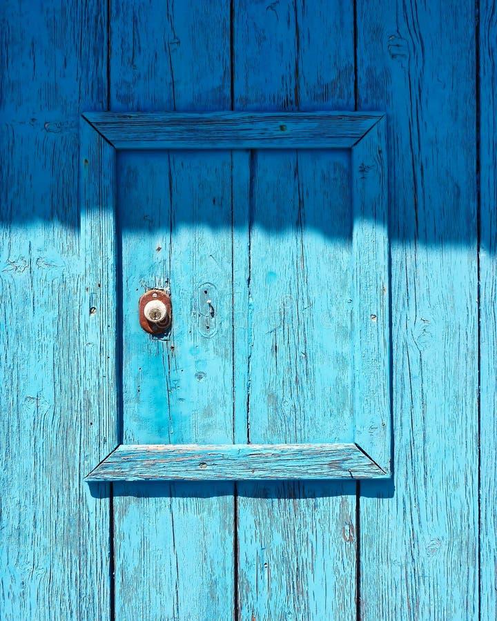 Μπλε χρωματισμένη ξύλινη κινηματογράφηση σε πρώτο πλάνο επιφάνειας πορτών στοκ εικόνα