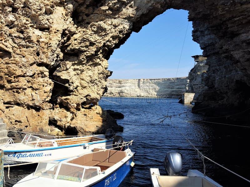 μπλε χρώμα νερού της Κριμαίας θάλασσας βαρκών στοκ εικόνες