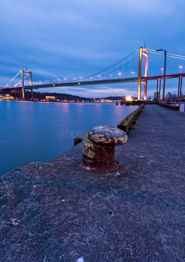 Μπλε ώρα μέσω της γέφυρας πέρα από τον ποταμό στο Γκέτεμπουργκ Σουηδία Conne στοκ φωτογραφία με δικαίωμα ελεύθερης χρήσης