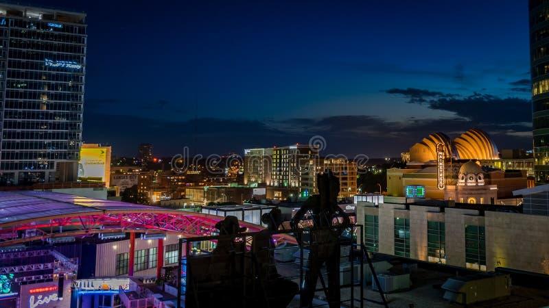 Μπλε ώρα πέρα από τη νυχτερινή εικονική παράσταση πόλης πόλεων του Κάνσας στοκ εικόνες