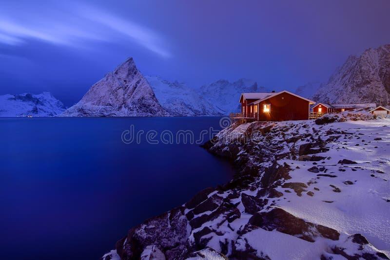 Μπλε ώρα σε Hamnoy, αρχιπέλαγος Lofoten, Νορβηγία στο χειμώνα, αντανάκλαση νερού σε Hamnoy στοκ εικόνες με δικαίωμα ελεύθερης χρήσης